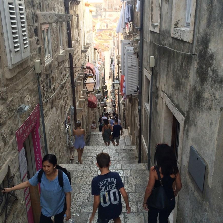 qué ver en Croacia, calle estrecha en Dubrovnik