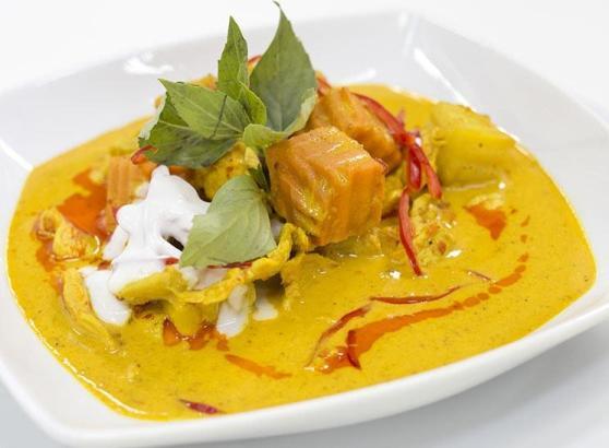 plato de curry amarillo