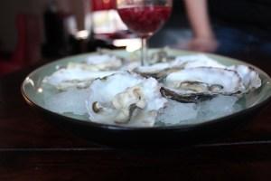 """Oesters en bubbels een geweldig cadeau voor haar! Foto van onze oesters op een prachtige schaal - mels Feestje"""""""