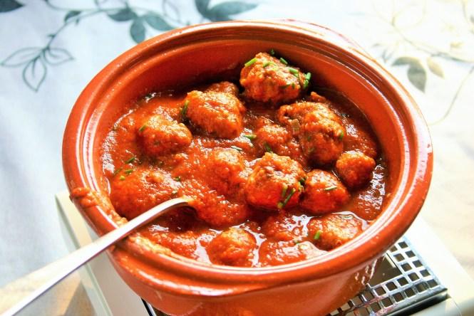 """Albondigas con salsa de bekendste Spaanse gehaktballetjes in een pittige tomatensaus Een tapas die hoort op jouw tapasmenu op jouw tapasfeestje Mels Feestje"""""""