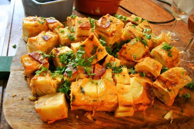 """""""Tortilla de patatas con chorizo - Mag niet missen op jouw tapasfeestje. Een makkelijk te maken, goedkope, heerlijke tapa - Tapas recepten - Mels Feestje"""""""