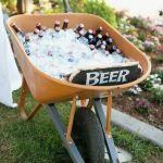 Kruiwagen met ijs en bier. Pronk stuk voor op je tuinfeest! Zie het daar nou aanlokkelijk staan. Een kruiwagen vol met ijs en bier. Mels Feestje & Tuinfeest hapjes en drankjes