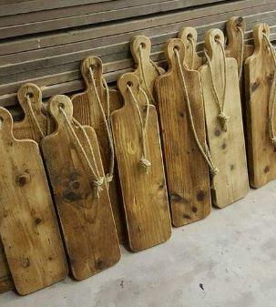 Prachtige zelfgemaakte grote houten serveerplank. Het is een met de Hand gemaakte Tapasplank van 70 cm x 19 x 3 cm. Als dit geen dikke grote houten serveerplank is! Hier ga je zo veel plezier van hebben.