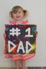 Foto voor vaderdag in kleur - meisje houdt bord vast met i love dad - vaderdag cadeau ideeen - mels feestje en feestdagen