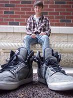 Foto voor vaderdag - jongen met grote schoenen van vader - in je vaders schoenen staan - nog meer leuke vaderdag cadeau ideeen - mels feestje en feestdagen