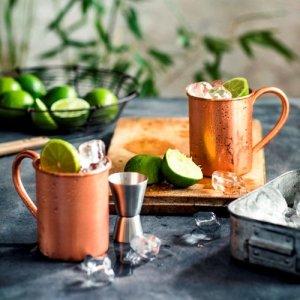 De moscow mule koperen kop bij Bol voor E30 - op de foto 2 mokken met limoenen en brokken ijs - mels Feestje en cocktails
