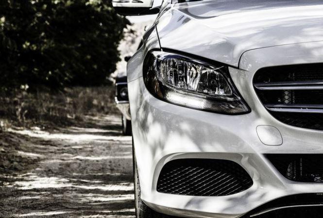 Witte Auto Voor de Auto Kleuren Bingo. een prachtige foto van de voorkant van een witte BMW. Mensen met witte auto's kunnen erg genieten van de kleine dingen in het leven. Mels Feestje & Zomervakantie