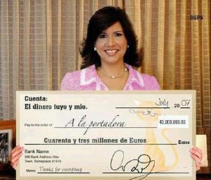 Margarita Cedeño de Fernández muestra el cheque de la cuenta en Dinamarca