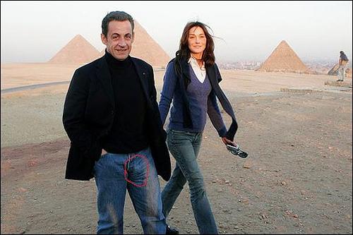 Carla Bruni y Nicolas Sarkozy en Egipto. Posa con Big Sarko
