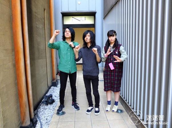 L→R:森本(Dr)、小山(G)、柴田(Ba)