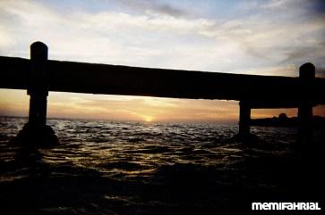 Saat matahari tenggelam di ufuk barat, kita menikmatinya di tepi pantau