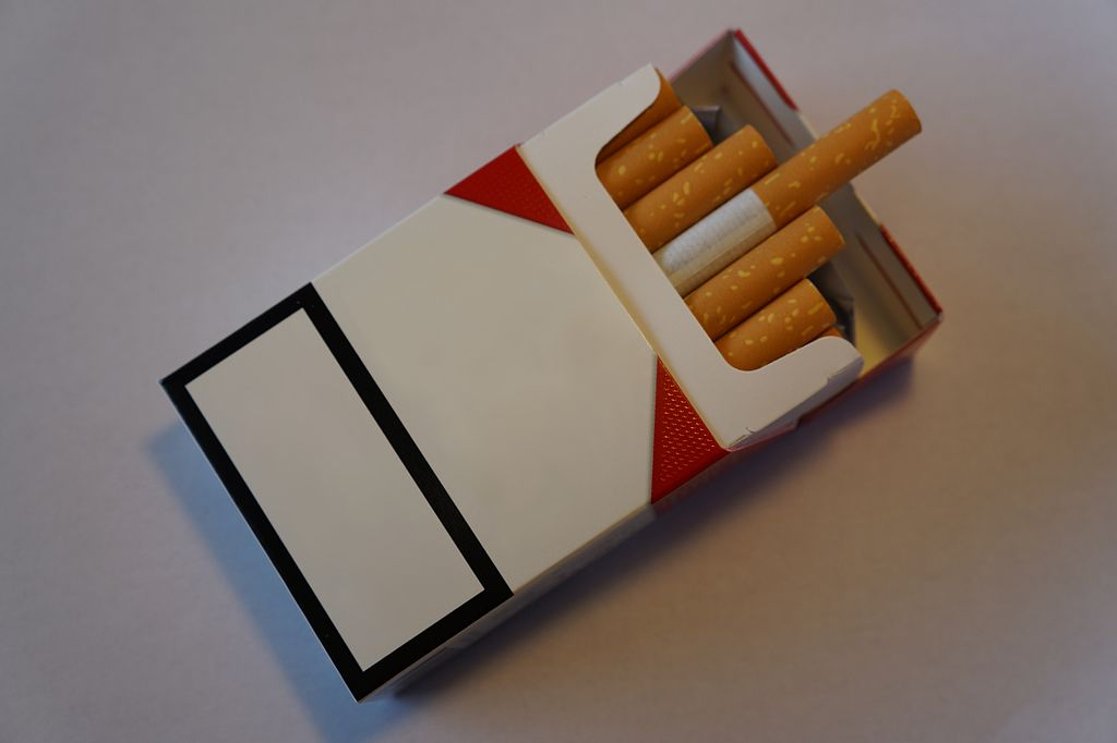 blank_cigarette_packet_with_logo_removed_and_cigarettes_sticking_out
