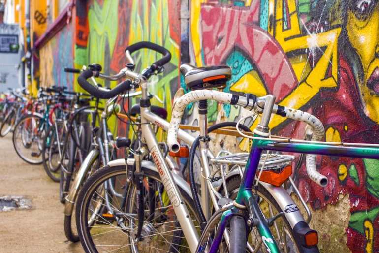 Vélos garés le long d'un mur de street art à Berlin