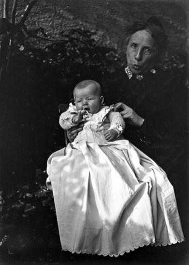 Anne-Marie et sa grand-mère 1903