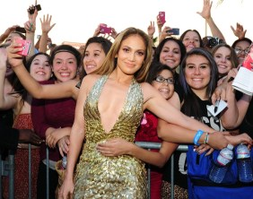 jennifer-lopez-fans-bllue-carpet-bbma-2013-600