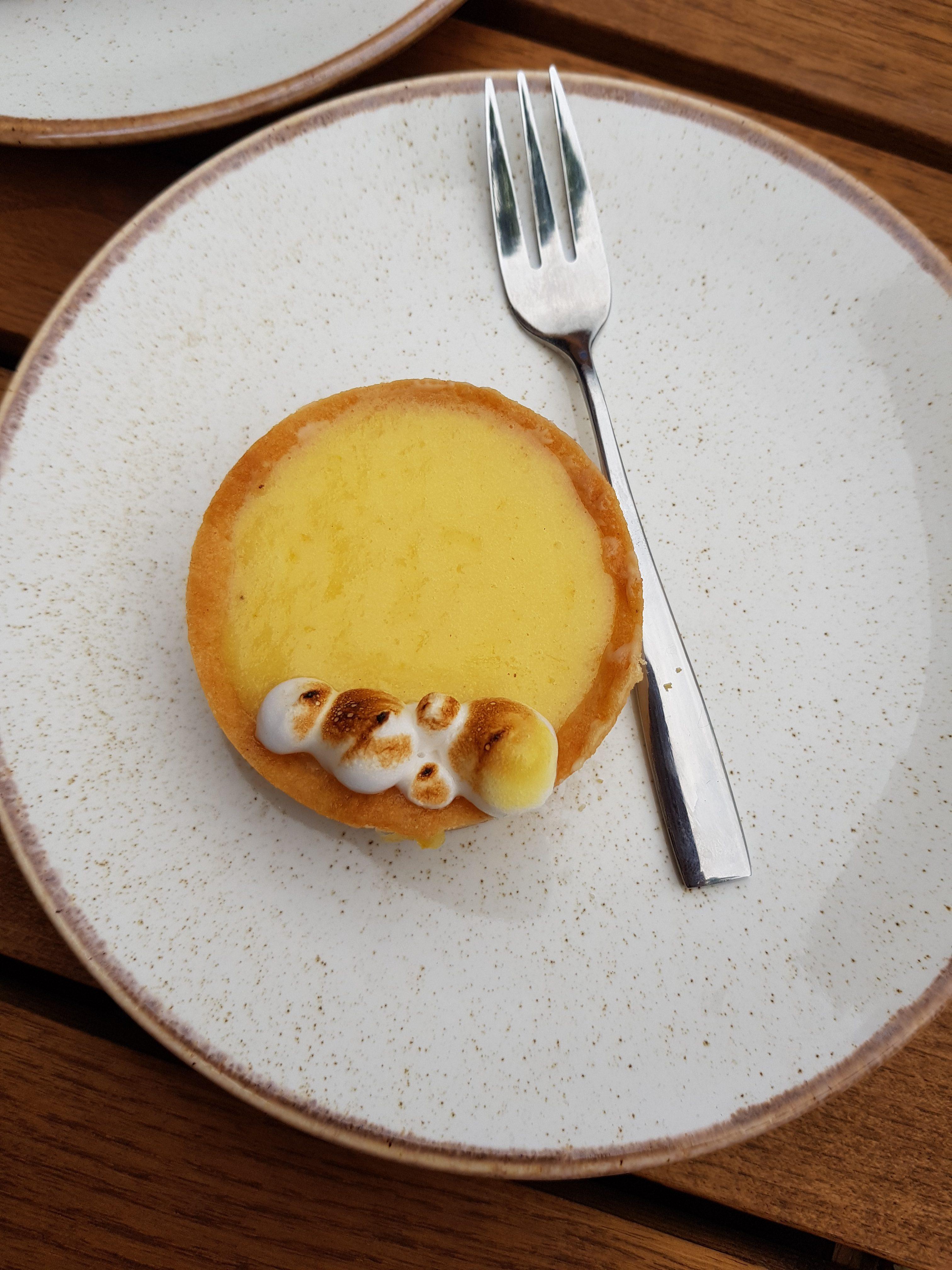 Bridge Baker review on Wandsworth Bridge road, Fulham. Vegetarian friendly, brunch available. Some Vegan options. mini lemon tart