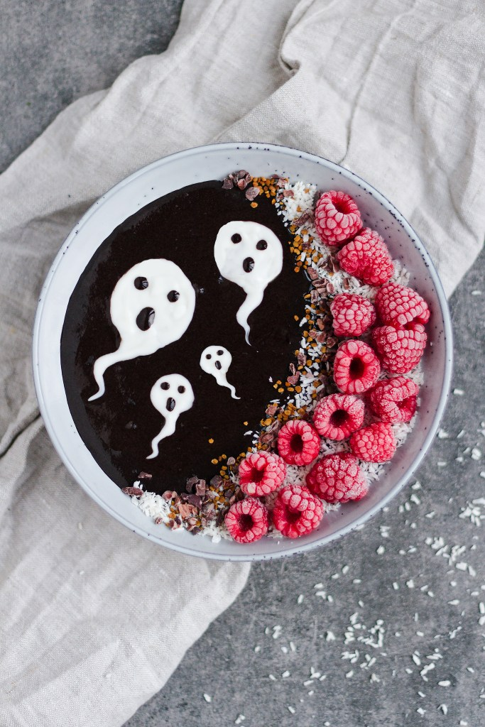 This spooky ghoul black smoothie bowl is not only a 100% vegan smoothie bowl, but it is also artificial colour free - using dark cocoa ( AKA dutch processed cocoa) to give it it's a spooky dark colour and rich chocolatey taste! A wonderful Halloween smoothie!