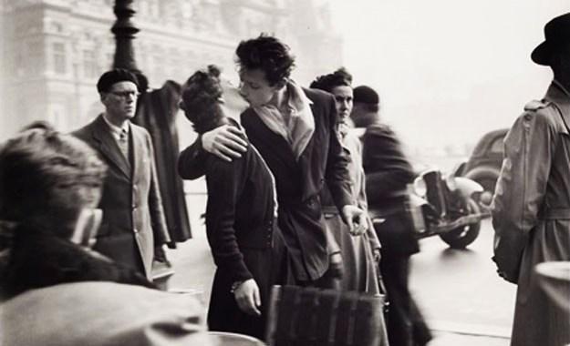 """""""Le Baiser de l'hôtel de Ville"""" – The kiss by the Hôtel de Ville in Paris"""