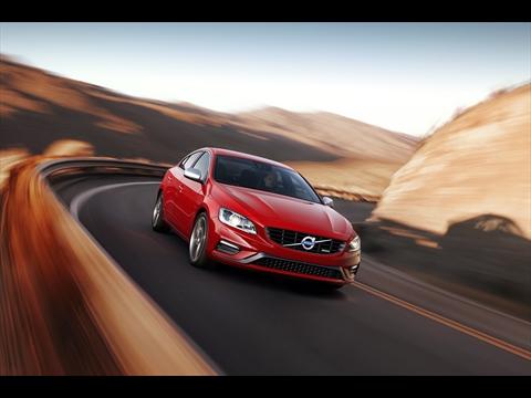 Volvo presenta al rediseñado S60 y XC60 R-Design en Nueva York