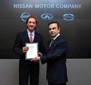 Foto 2_ Carlos Ghosn, CEO Global de Nissan entrega reconcomiento a José Luis Valls, pdte y dir gral de Nissan Mexicana