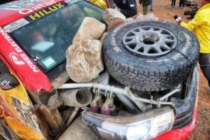 Los pilotos del Hilux colocaron piedras en la parte frontal a modo de contrapeso para rodar los últimos 80 últimos kilómetros de la etapa.