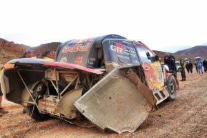 u coche se metió La Hilux de Nasser cayó en una profunda zanja y rompió la rueda trasera derecha.