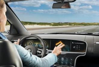 Mediante señales con los dedos usted puede dar instrucciones. Por ejemplo, con tan sólo un movimiento podrá indicar al navegador y a su auto el ir a su casa.