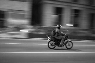 ¿Motociclistas pueden conducir entre carriles? Esto dice la ley