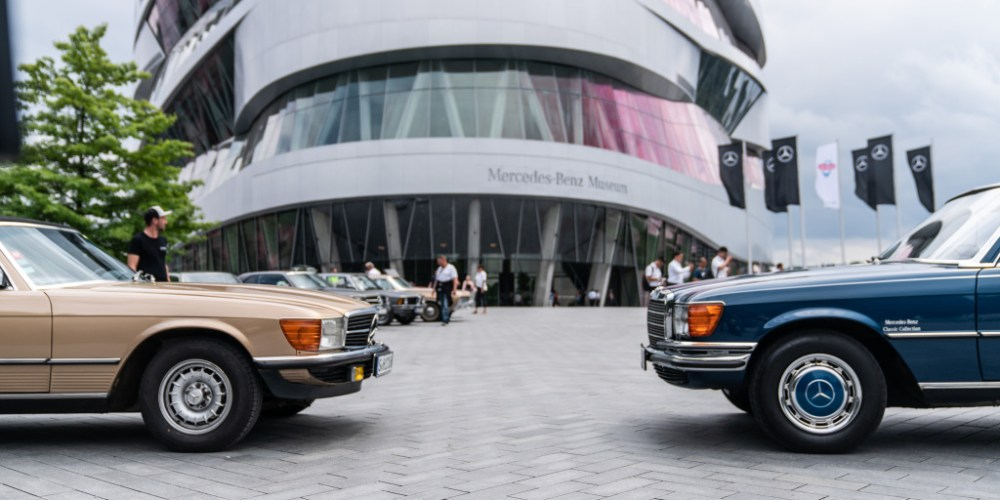 Cars & Coffee, das markenoffene Klassikertreffen am Mercedes-Benz Museum. Für Drinks und Snacks sorgt die Sommerlounge. Foto aus dem Jahr 2017. 