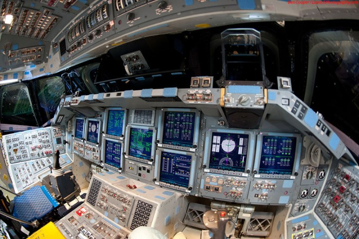 Endeavour_flight_deck_10