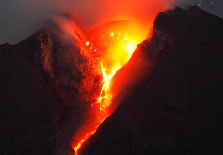 mount-merapi-spewing-lava-volcanic-eruption
