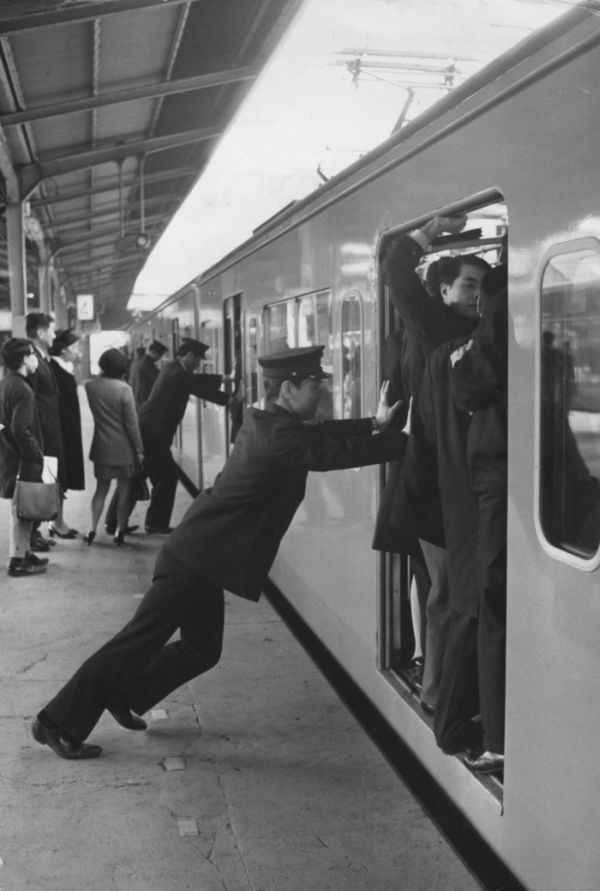 insane_photos_of_tokyo_commuters_03