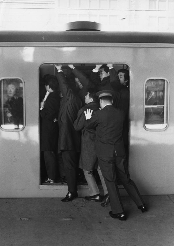 insane_photos_of_tokyo_commuters_04