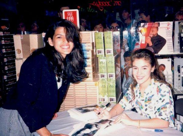 celebrities_signing_autographs_04