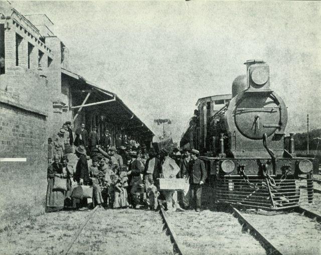 Fotografía 5. Llegada en el ferrocarril de inmigrantes a la Hospedaria de São Paulo, 1908 (MI_ICO_AMP_019_001_002_001 Desembarque de imigrantes, 1908)