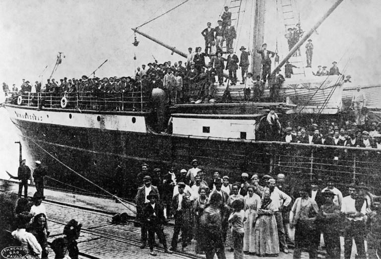 Fotografía 4 Vapor Rio Amazonas desembarcando en el puerto de Santos en 1907 procedente de Italia. (T.H. Wendt, 1907)