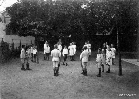 1918 - Alunos brincando no pátio do Colégio