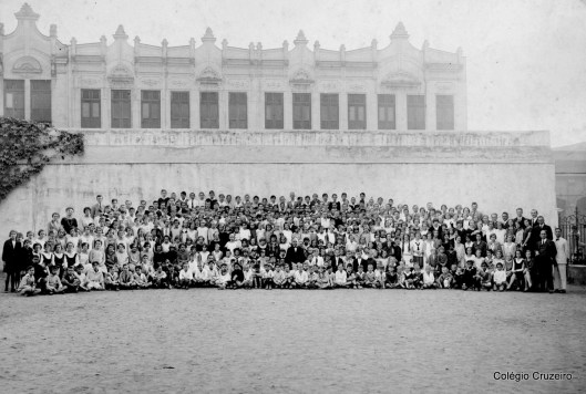 1926 - Alunos e professores reunidos