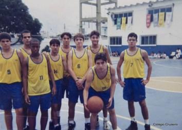 1997 - Alunos do Colégio Cruzeiro - Centro em competição esportiva de basquete
