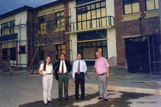 1999 - Ex-aluna e arquiteta Karin Köhler (a esquerda), responsável pelo projeto do prédio principal do Colégio Cruzeiro - Jacarepaguá