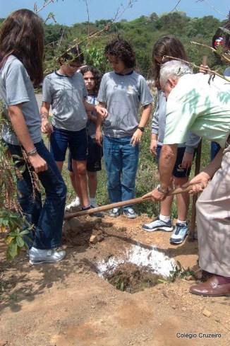 2001 - Os 32 alunos plantam árvores com o Diretor Udo Dengler no terreno do Colégio Cruzeiro - Jacarepaguá