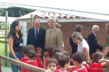 2004 - Cônsul Geral da Alemanha no Rio de Janeiro, Dr. Stephan Krier (de bege), durante visita ao Colégio Cruzeiro - Jacarepaguá