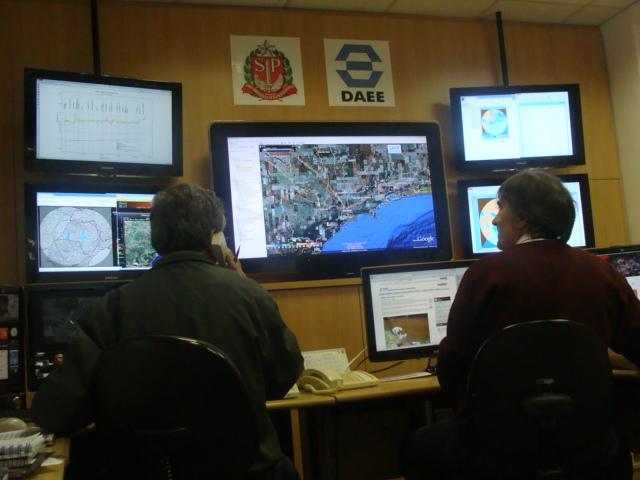 Sala de Situação São Paulo -SSSP- Dados Hidrológicos e Serviço de Alerta de Chuvas por SMS para moradores situados em áreas de risco. (3/4)