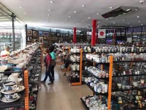 日本からのリユース品が並んだマーケットでショッピングを楽しむ現地の人々