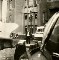 Delegado Coriolano Nogueira Cobra, na década de 60 atravessando a rua, defronte o Edifício Saldanha Marinho, onde hoje funciona a Secretaria de Segurança Pública de São Paulo.