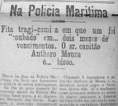 """Assumiu o cargo usando falsa identidade. Só foi desmascarado quase dois meses depois, quando o verdadeiro funcionário apareceu para trabalhar... Este caso curioso de troca de identidade aconteceu pouco antes da Primeira Guerra Mundial, e logo numa repartição policial. A história foi publicada assim, na página 5 do jornal santista A Tribuna, edição de 28 de março de 1913: NA POLÍCIA MARÍTIMA Fita tragicômica em que um foi """"roubado"""" em... dois meses de vencimentos. O Sr. Capitão Anthero Moura é... bispo. Deu-se há dias, na Polícia Marítima, um fato que demonstra a audácia de certos politiqueiros. No fim do ano passado, foi nomeado Agente da Polícia Marítima deste porto o sr. Ambrozio Bernardo das Neves. Logo após a nomeação compareceu àquela repartição um indivíduo que disse ser o nomeado, apresentando uma carta do sr. Anthero de Moura, delegado de polícia da vizinha cidade de S. Vicente. Tomou posse do cargo, exerceu as suas funções tranqüilamente, e meteu no bolso os vencimentos. No dia 20 do corrente, se não nos enganamos, compareceu na Polícia Marítima, apresentando-se ao diretor daquela repartição, a fim de tomar posse do cargo para que fora nomeado, o sr. Ambrozio Bernardo das Neves. O diretor ficou assombrado: - Como! Mas o sr. Ambrozio das Neves já tomou posse e está trabalhando há mais de dois meses! - Não sr., seu dr., o Ambrozio das Neves sou eu. E apresentou todos os documentos comprobatórios da sua identidade. O diretor fez chamar o outro Ambrozio. - O sr. não se chama Ambrozio Bernardo das Neves? - Sim, sr. - Então apresente os seus documentos, porque este sr. diz ser ele o Ambrozio... O Ambrozio n. 1 titubeou e, afinal, apertado de perguntas, explicou-se: - O meu nome é Francisco Soares das Neves. Há muito tempo que os políticos de S. Vicente prometiam a minha nomeação para aqui. Como esta nunca saía e muitos dos nomeados não tomam posse, o capitão Anthero de Moura me aconselhou a apresentar-me com o nome de Ambrozio Bernardo das Neves e deu-me a carta """