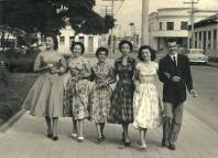 """""""footing"""" na praça Afonso Pena. A Delegacia de Polícia de São José dos Campos ao fundo, década de 50."""