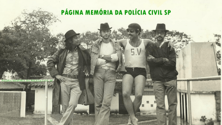 """Da direita para a esquerda; o repórter policial Percival de Souza, em início de carreira; o ex- Detetive do Estado da Guanabara, Mariel Marscot de Matos; o ex- Guarda Civil optante Investigador Adhemar Augusto Pereira """"Fininho 1"""" e (?), quando os dois policiais encontravam-se refugiados no Paraguai e aceitaram serem entrevistados, em 1.972."""