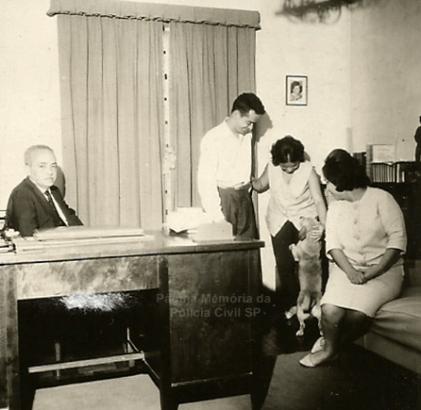 Delegado de Polícia Coriolano Nogueira Cobra, na escrivaninha do escritório em sua residência, com seus filhos Caio e Teresa e sua segunda esposa Maria Aparecida, na Avenida Francisco Matarazzo 905, onde escreveu seu histórico livro Manual de Investigação Policial, em 1.965.