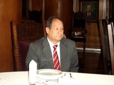 """Delegado Seccional de Polícia de São Bernardo dos Campos, Waldomiro Bueno Filho, iniciou sua carreira em 1967 como Investigador de Polícia e, em 1983, foi aprovado no concurso para Delegado de Polícia. Trabalhou no 3º DP - Campos Elíseos, no Setor de Investigações Gerais (Sig) na zona leste, no Departamento de Homicídios e Proteção à Pessoa (DHPP), no Departamento de Investigações sobre o Crime Organizado (Deic), na Divisão de Comunicações da Polícia Civil (Dicom), no Departamento de Trânsito, no Departamento de Administração e Planejamento (Dap) e foi diretor do Deinter 5 - São José do Rio Preto e Deinter 1 - São José dos Campos e DEINTER 6. """"Cada lugar possui suas peculiaridades e eu procuro estudar e entender o tipo de crime que precisa ser combatido. Por exemplo, em Santos tem roubo a embarcações, na região de São José dos Campos há uma preocupação com os turistas que sobem a serra e vão para o litoral"""", disse. Waldomiro Bueno é formado em direito e administração, estudou história, fez um curso de Inteligência e Alto Estudo de Política e Estratégia na Escola Superior de Guerra. """"Entrei na polícia com 18 anos e sempre procurei fazer cursos de aperfeiçoamento para prestar um serviço de excelência. Em janeiro de 2007 a 2.013, Waldomiro Bueno foi Diretor do Deinter 6 e uma de suas principais metas foi o avanço tecnológico para integrar o serviço de inteligência e a investigação. """"A inteligência tornou mais curto os caminhos da investigação policial"""", afirmou. Outro projeto importante é a melhoria do atendimento ao público. """"Os policiais com quem eu trabalho são altamente profissionais e estamos alcançando esse objetivo"""", finalizou, Waldomiro Bueno."""